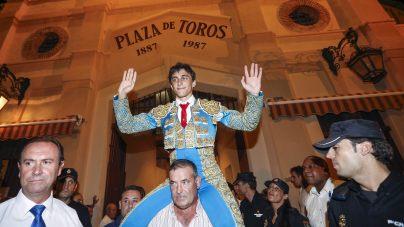 GRA521. MURCIA, 12/09/2014.- El novillero murciano Filiberto Martínez sale a hombros tras cortar las dos orejas al primero de su lote, de la ganaderia de Fuente Ymbro, esta tarde en la plaza de Toros de la Condomina, Murcia.EFE/MARCIAL GUILLÉN