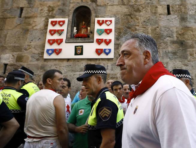 gra045-pamplona-07-07-2017-el-alcalde-de-pamplona-joseba-asiron-d-y-el-jefe-de-la-policia-municipal-realizan-el-recorrido-a-pie-del-encierro-antes-de-comenzar-el-primero-de-estos-sanferm